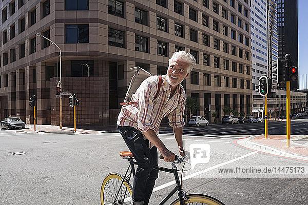 Älterer Mann fährt Fahrrad in der Stadt