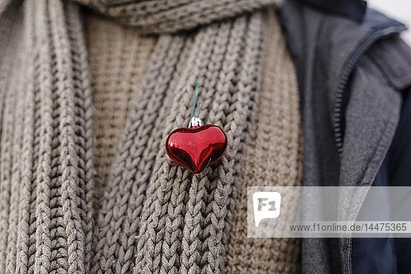 Nahaufnahme eines Mannes  der ein Herz auf seinem Schal trägt