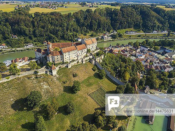 Deutschland,  Bayern,  Burghausen,  Stadtansicht von Altstadt und Burg,  Salzach