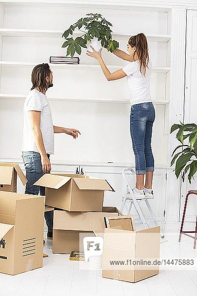 Paar packt Pappkartons aus und richtet ein neues Heim ein