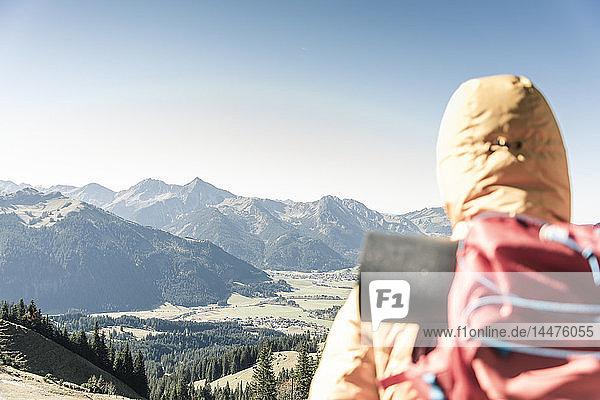 Österreich  Tirol  Rückansicht eines Mannes auf einer Wanderung in den Bergen  der die Aussicht genießt