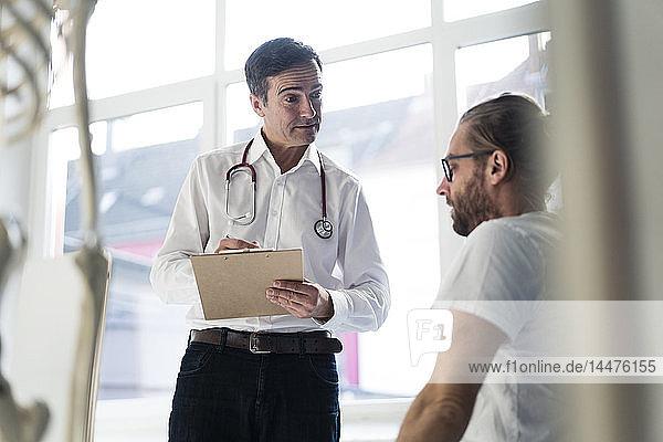 Arzt im Gespräch mit Patient in der medizinischen Praxis