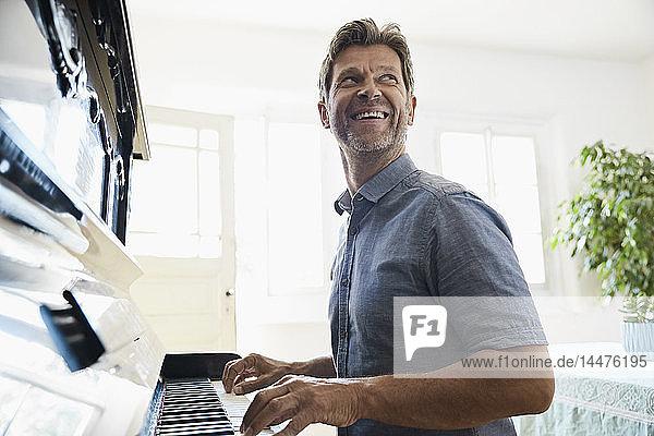 Reifer Mann spielt zu Hause Klavier