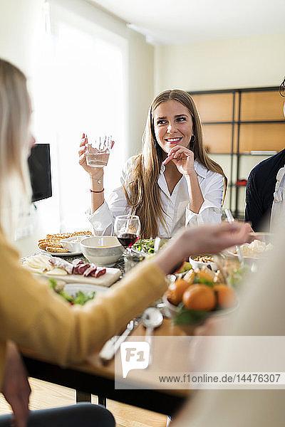 Freunde haben Spaß  essen zusammen zu Mittag