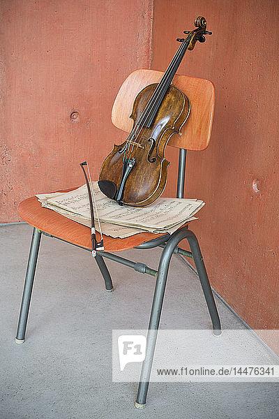 Violine  Bogen und Noten auf Holzstuhl