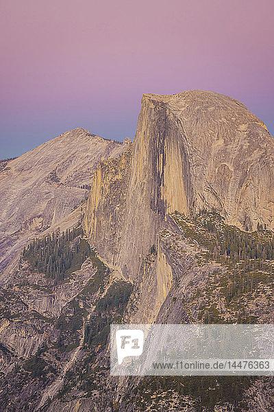USA  Kalifornien  Yosemite National Park  Glacier Point in der Abenddämmerung