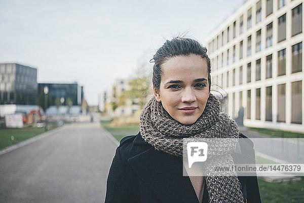 Porträt einer lächelnden Frau mit Schal im Herbst