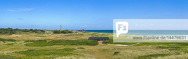 Dänemark  Jütland  Skagen  Grenen  Dünenlandschaft mit grauem Leuchtturm