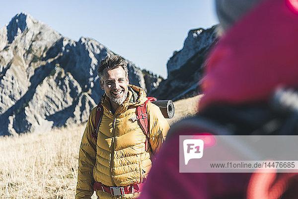Österreich  Tirol  glücklicher Mann mit Frau wandert in den Bergen