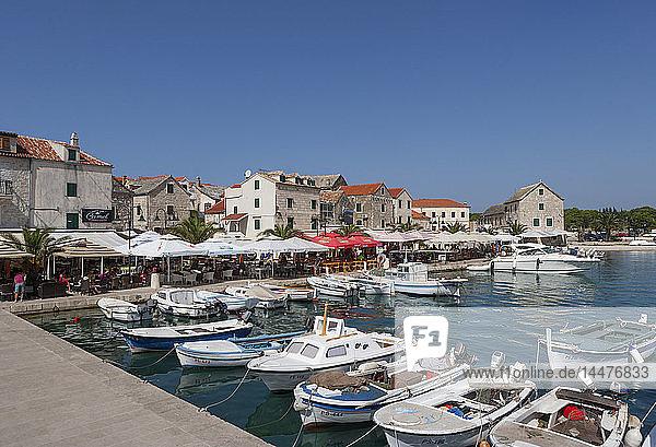 Kroatien,  Dalmatien,  Primosten,  Hafen,  Fischerboote,  Restaurants