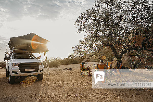 Namibia  Freunde zelten in der Nähe der Spitzkoppe