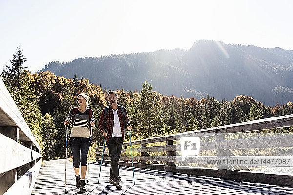 Österreich  Alpen  Paar auf einer Wanderung über eine Brücke