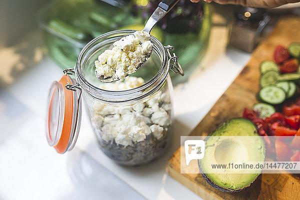 Einen Salat zum Mitnehmen im Glas zubereiten Einen Salat zum Mitnehmen im Glas zubereiten