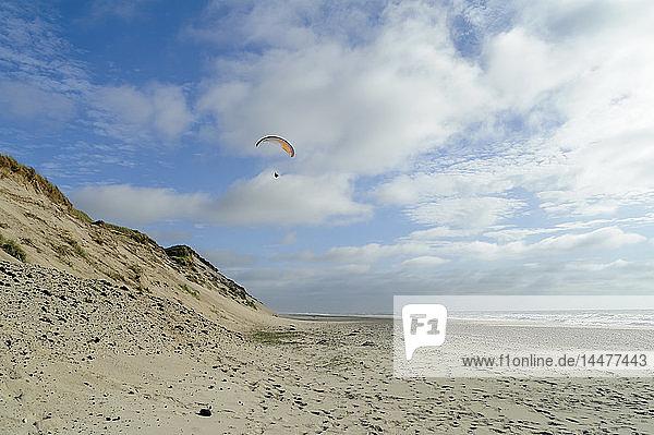 Dänemark  Jütland  Thy Nationalpark  Gleitschirmfliegen am Strand