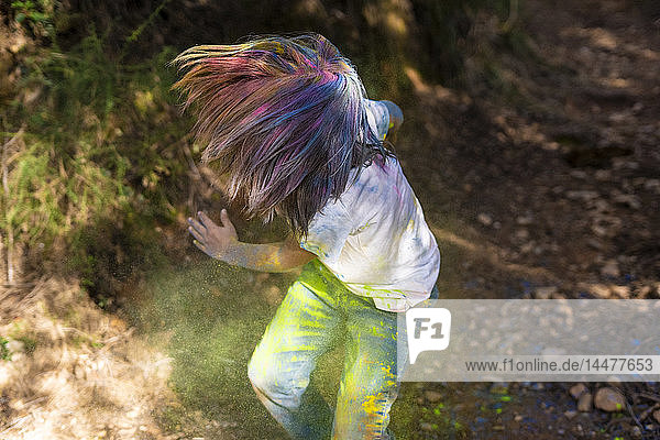 Junge voller bunter Pulverfarbe  feiert Holi  Fest der Farben
