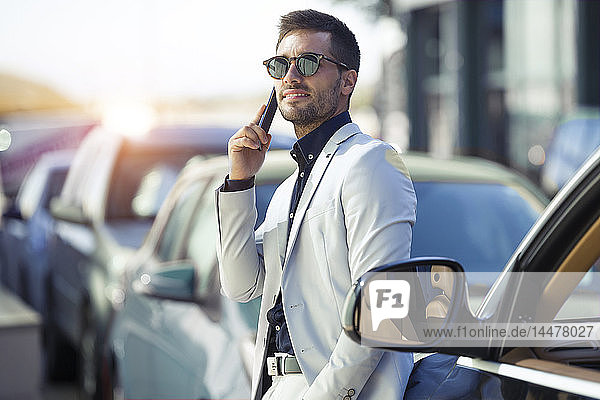 Young businessman commuting in the city  talking on the phone