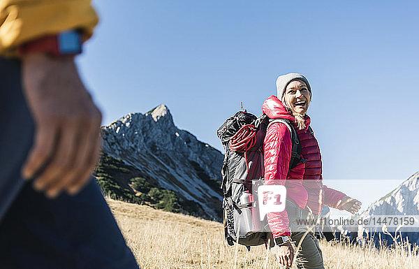 Österreich  Tirol  glückliche Frau mit Mann wandert in den Bergen