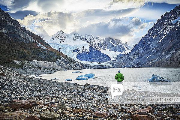 Argentinien  El Chalten  Mann steht am Gletschersee und schaut auf den Cerro Torre
