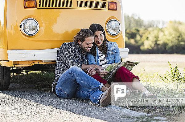 Ehepaar auf einem Roadtrip im Wohnwagen  Blick auf die Karte