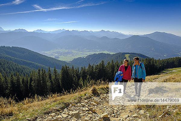 Deutschland  Bayern  Hoernle bei Bad Kohlgrub  junges Paar auf einer Wanderung in alpiner Landschaft
