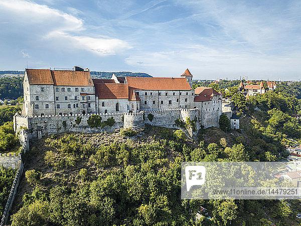 Deutschland  Bayern  Burghausen  Stadtansicht von Altstadt und Burg  Salzach