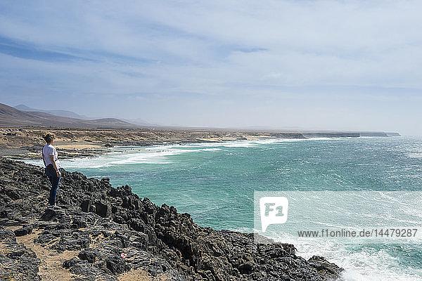 Spanien  Kanarische Inseln  Fuerteventura  Frau schaut auf den Strand von El Cotillo