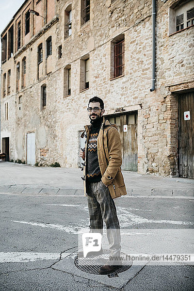 Spanien  Igualada  Porträt eines auf der Straße stehenden Mannes in der Industriezone der Stadt