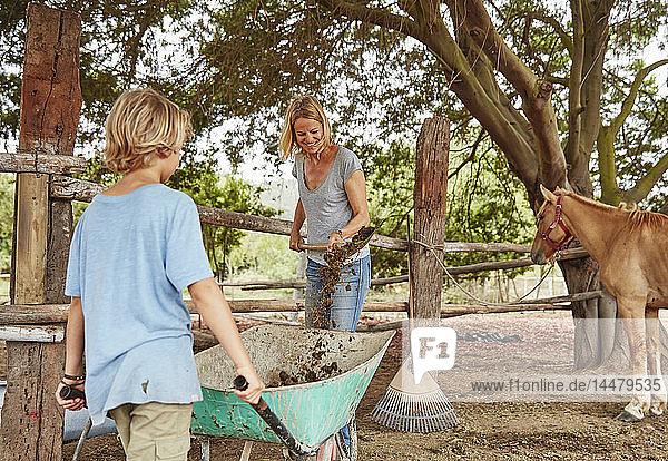Mutter und Sohn räumen den Paddock