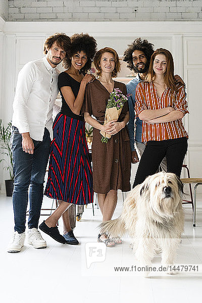 Gruppenbild mit einem Hund  von Freunden  die den Geburtstag einer jungen Frau feiern