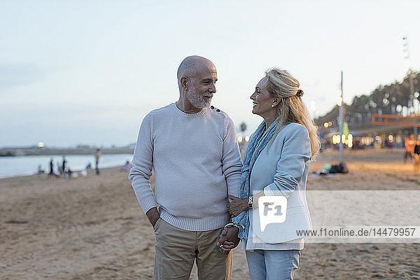 Spanien  Barcelona  glückliches älteres Ehepaar am Strand in der Abenddämmerung