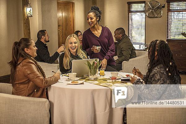 Glückliche Frauen am Tisch in einem Restaurant