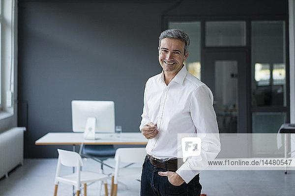 Porträt eines lächelnden Geschäftsmannes im Büro