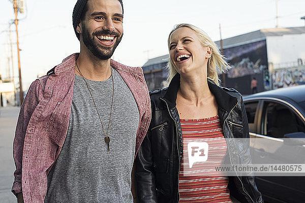 Glückliches junges Paar unterwegs