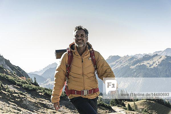 Österreich  Tirol  glücklicher Mann wandert in den Bergen