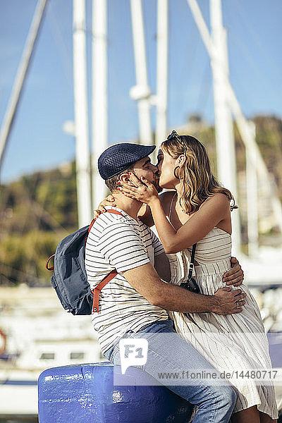 Spanien  Andalusien  Malaga  zärtliches Touristenpaar beim Küssen am Hafen