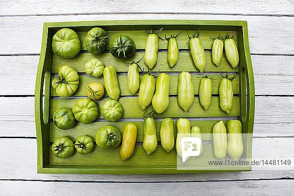 Holztablett mit verschiedenen Tomaten  Reifestadium  unreif