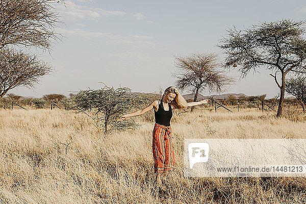 Afrika  Namibia  blonde Frau im Grasland