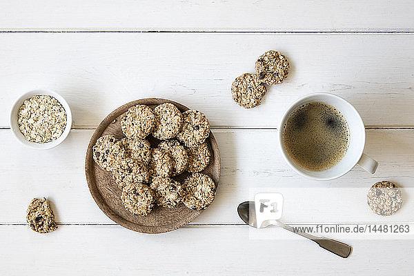 Pfannkuchen und Tasse schwarzer Kaffee