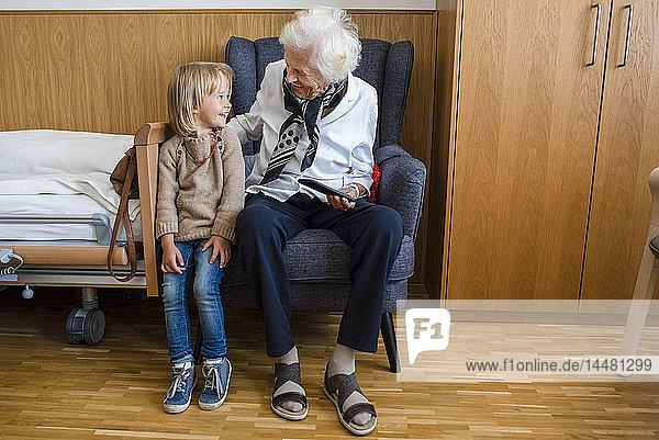 Ältere Frau und ihre Urenkelin amüsieren sich gemeinsam