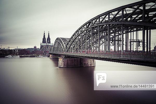 Deutschland  Köln  Blick auf den Kölner Dom mit der Hohenzollernbrücke und dem Rhein im Vordergrund