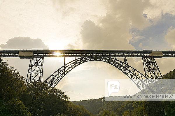Deutschland  Müngstener Brücke zwischen Solingen und Remscheid in der Dämmerung