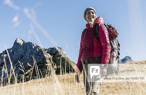 Österreich  Tirol  glückliche Frau auf einer Wanderung in den Bergen