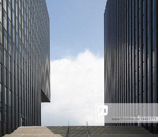 Deutschland  Düsseldorf  zwei Fassaden am Medienhafen
