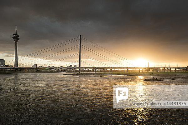 Deutschland  Düsseldorf  Oberkasselbrücke mit Medienhafen im Hintergrund in der Dämmerung