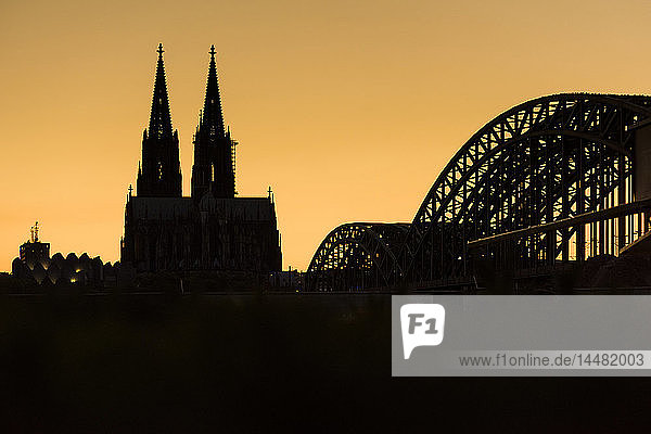 Deutschland  Köln  Silhouetten von Museum Ludwig  Kölner Dom und Hohenzollernbrücke bei Sonnenuntergang
