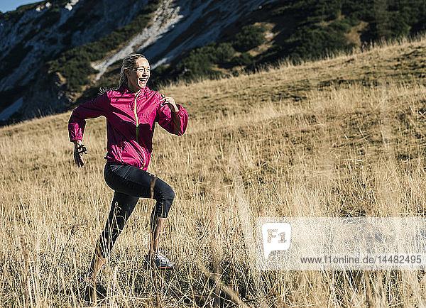 Österreich  Tirol  glückliche Frau läuft in den Bergen