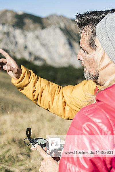 Österreich  Tirol  Paar mit Kompass Wandern in den Bergen