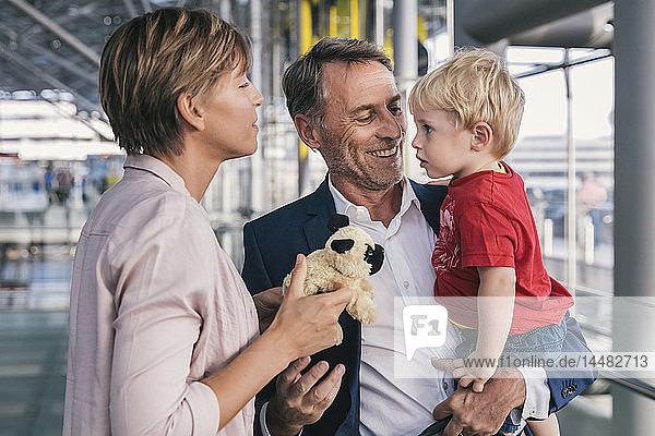 Glücklicher Geschäftsmann mit Sohn auf dem Flughafen