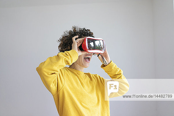Aufgeregte Frau mit VR-Brille