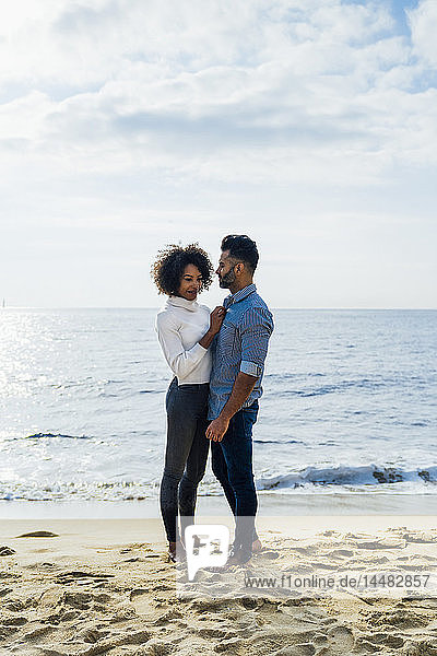 Spanien  Barcelona  barfüßig am Strand stehendes Paar